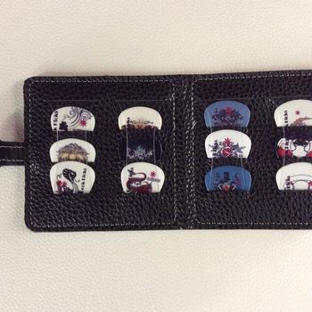 Set - Collectie van 12 plectra + hoes met magnetische sluiting - B